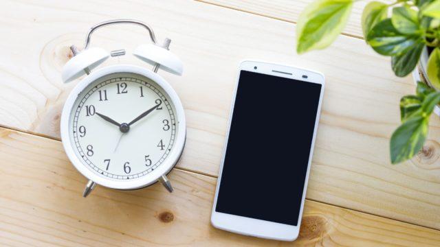 スマホと置時計の写真