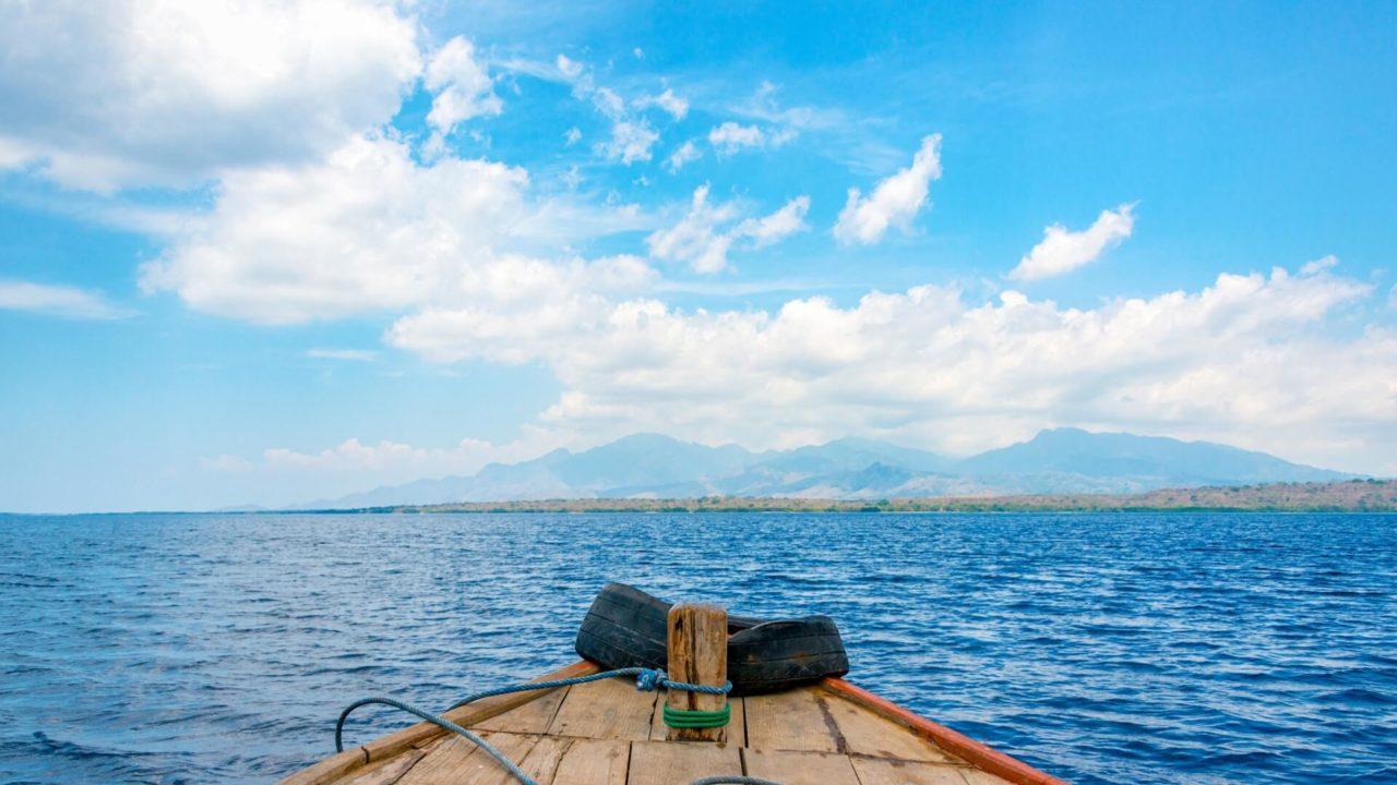海に浮かぶ小舟の写真