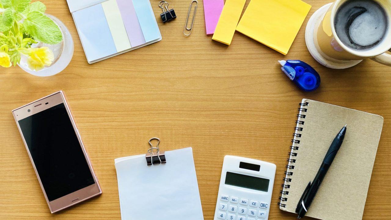 机の上のスマホと文房具